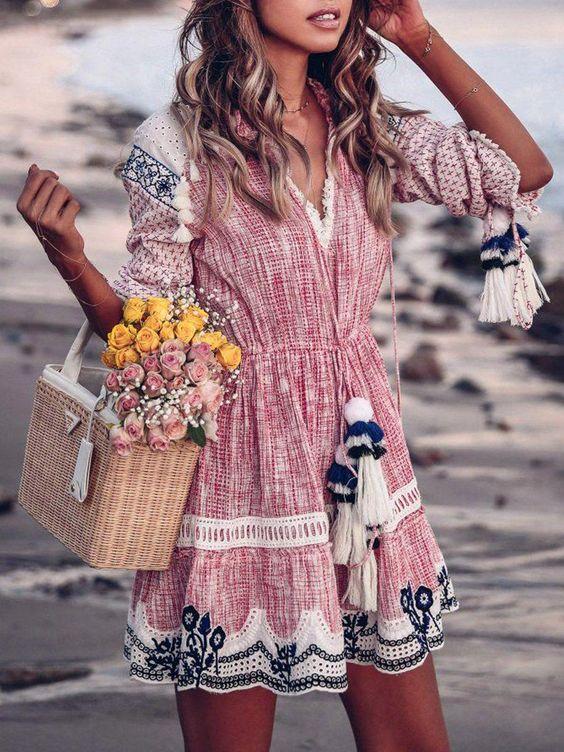 a50e293ea85a80 ... cowboylaarzen en een leuke rieten tas. Met die looks zie je er  ongetwijfeld stijlvol uit! Scroll snel verder om de leukste boho mini jurken  te shoppen.