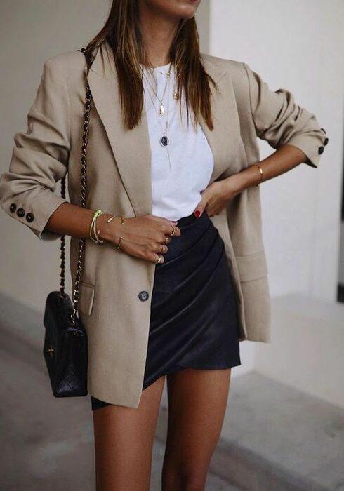 Zó style je een mini rok wanneer het wisselvallig weer is!